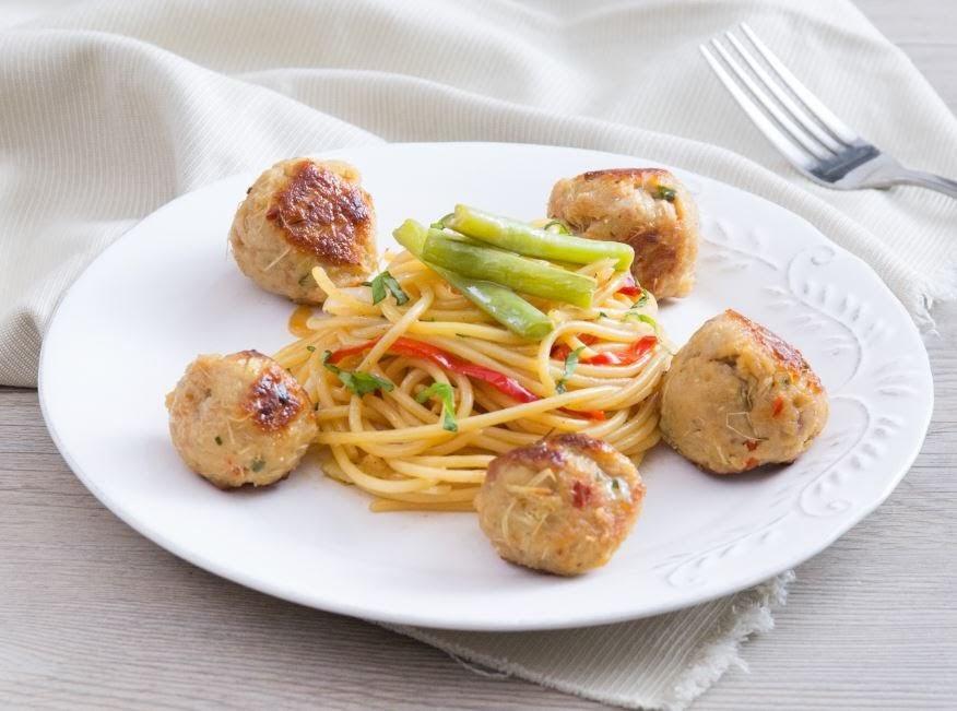 Thịt viên nướng sả ăn kèm spaghetti rau củ tuyệt ngon