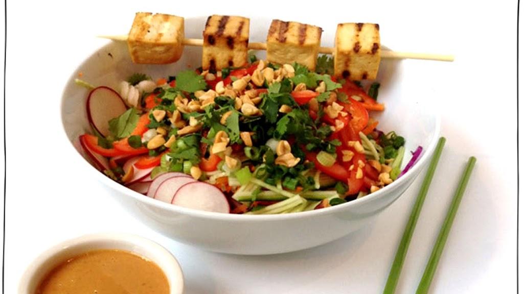 Salad chay kiểu Thái với sốt đậu phộng