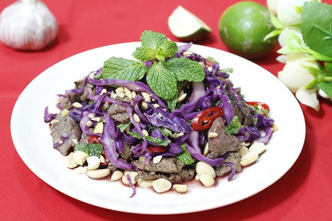 Đổi bữa với nộm bò xào trộn bắp cải tím vừa thơm vừa giòn lại thanh mát