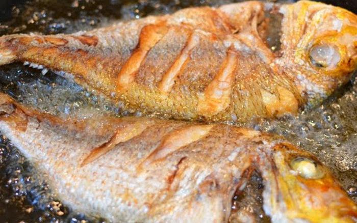 Món cá chiên vẫn vàng ruộm, giòn thơm mà không cần chảo chống dính