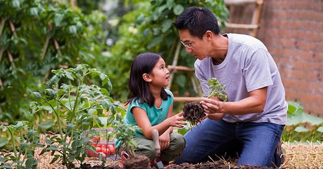 Cha mẹ nên bảo vệ con đúng cách: Dạy con gái ranh giới hành xử, dạy con trai tích cực vươn lên