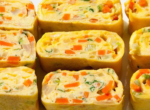 Trứng cuộn rau củ chiên đơn giản, bắt mắt