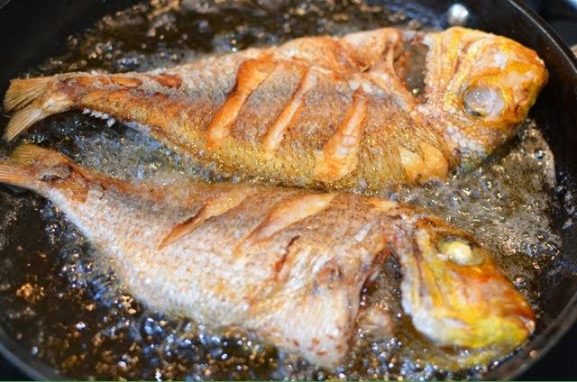 Tất tần tật mẹo chiên cá giòn thơm, không bị dính chảo, không bắn dầu