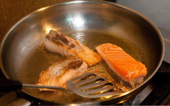 Bí quyết gắp thức ăn không vỡ khi bị dính chảo