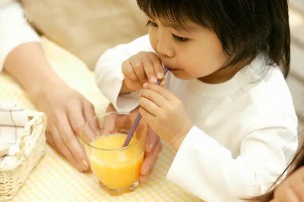 Điều mẹ nên biết: Trẻ bị ho có uống được nước cam không?
